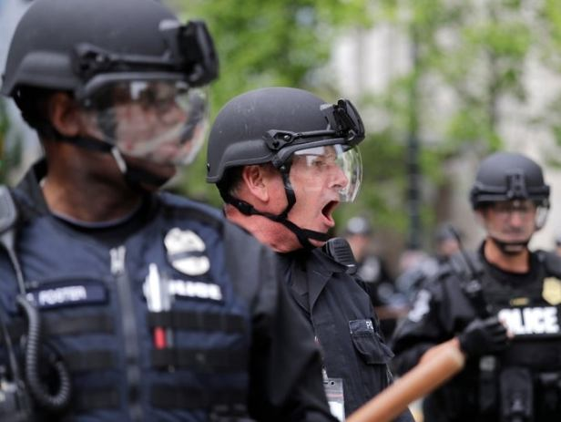 June 2020 Seattle cops (Elaine Thompson:AP)