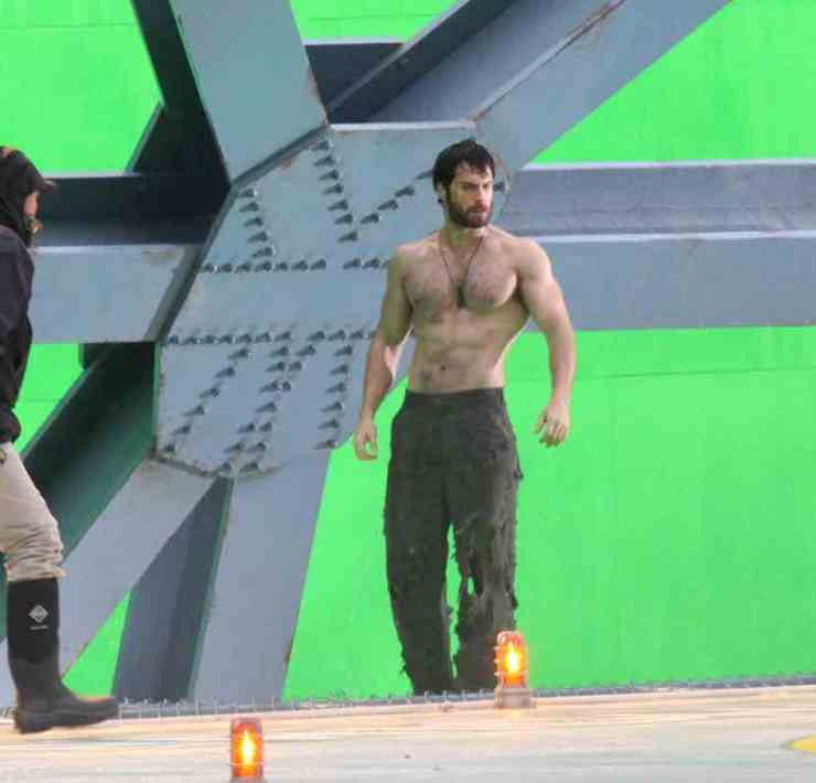 """Henry Cavill Showing Off His Physique On Set Of """"Man Of Steel"""""""