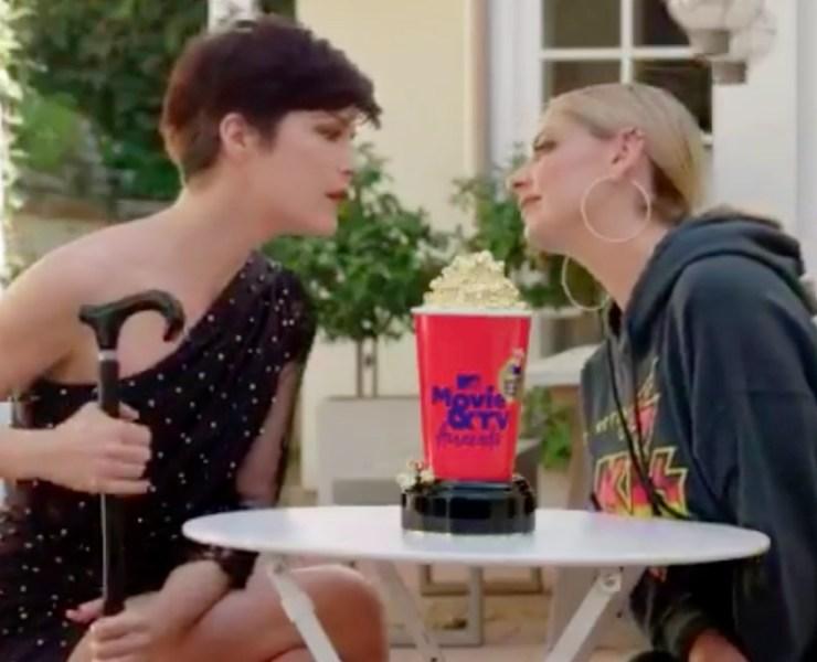 Sarah Michelle Gellar and Selma Blair recreate Cruel Intentions kiss for MTV Movie & TV Awards