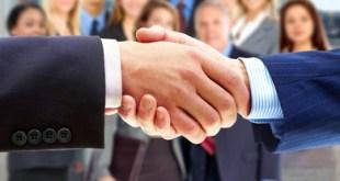 Haende schuetteln beim Employer Branding / Open Innovation