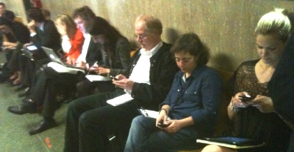 affaire dsk les journalistes hors de la salle d'audience sont rivés sur twitter