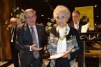 Pilar recibiendo premio de manos del vicepresidente de FESOFI
