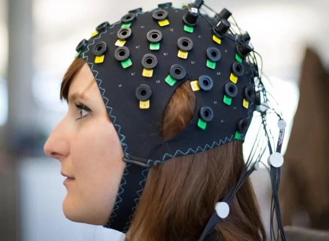 Touca para comunicação por meio da interface cérebro-computador em pacientes totalmente paralisados. Crédito: Wiss Center