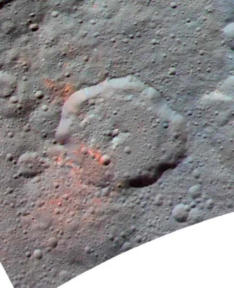 Esta imagem composta da cor realçada, feita com os dados da câmera moldando a bordo da nave espacial da NASA Dawn, mostra a área em torno da cratera de Ernutet. As porções vermelhas brilhantes parecem mais vermelhas com respeito ao resto de Ceres. Créditos: NASA / JPL-Caltech / UCLA / MPS / DLR / IDA