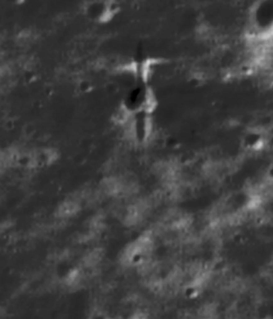 """Descoberto o local de impacto da SMART-1 em imagens de alta resolução Lunar Reconnaissance Orbiter (LRO). A área tem 50 metros de largura (o norte está acima). O SMART-1 tocou de norte a sul a uma velocidade """"grazing speed"""" (velocidade de raspão ou velocidade de impacto) de dois quilômetros por segundo. Esta imagem, com luz vindo do oeste, mostra claramente um entalhe linear de quinze metros de comprimento na superfície. Crédito: P Stooke / B Foing et al 2017 / NASA / GSFC / Arizona State University."""