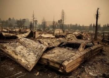 Os restos de um incêndio danificaram casas e carros no Journey's End Mobile Home Park em 9 de outubro de 2017 em Santa Rosa, Califórnia. Crédito: Justin Sullivan Getty Images
