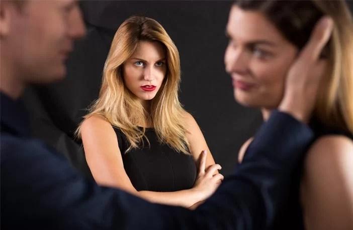 Mulheres – não homens – procuram punir ativamente mulheres sexualizadas, diz estudo
