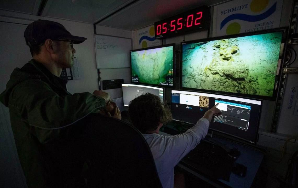 Cientistas do Schimidt Ocean Institute em uma missão de exploração do recife.