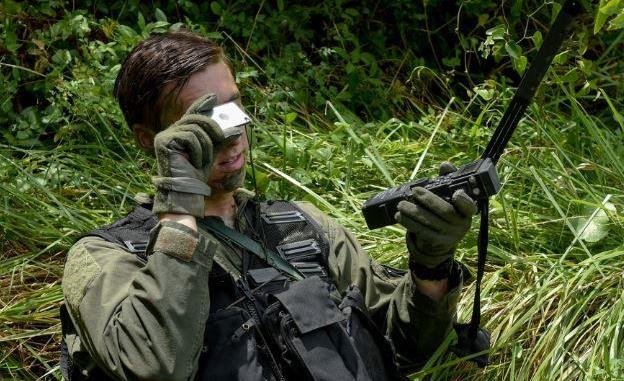 SERE Specialist helps Pilot Using Survival Mirror (photo by Airman Shawna L. Keyes, USAF, Aug 5, 2016)