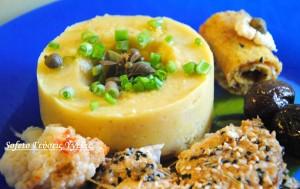 Φάβα Σαντορίνης με φιλέτο ψαριού παναρισμένο με σουσάμι.