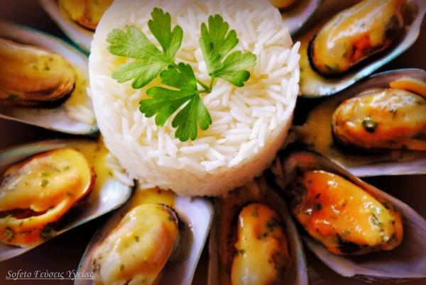 Μύδια αχνιστά σε λεμονάτη σάλτσα με κρόκο Κοζάνης και ρύζι μπασμάτι.