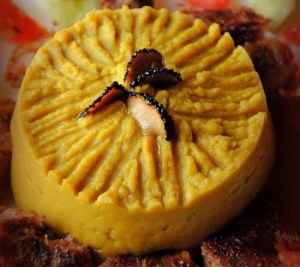 Χοιρινές ψητές μπουκιές με πουρέ αρακά αρωματισμένο με λάδι τρούφας.