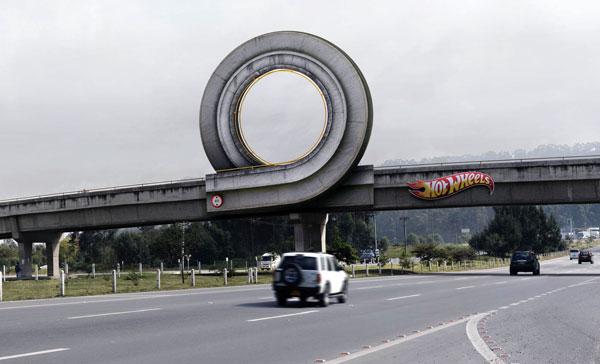 loop-looping-outdoor-ambient-marketing-bogota-alternatif-affichage-colombie-HotWheels-1