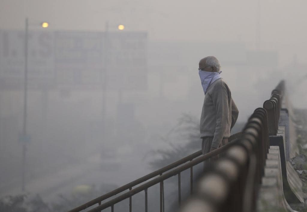 A man wearing a face mask to protect himself from the air pollution in India.