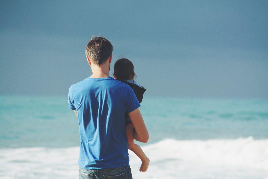 子供を抱える男性の画像