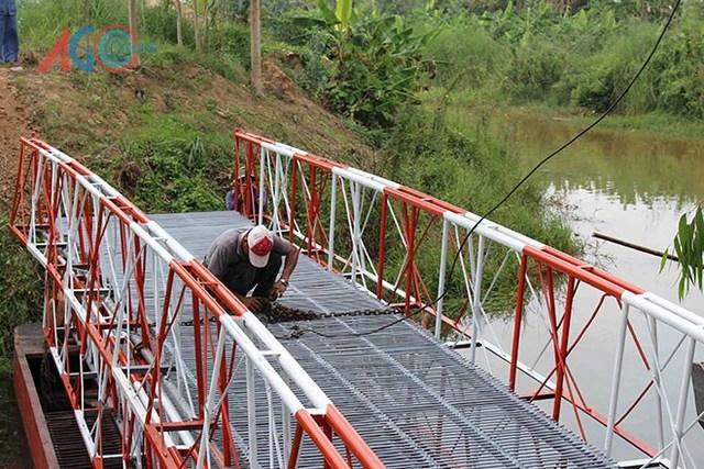 Dịp cuối tuần, phóng viên đã được mục sở thị việc bắc cầu trong 30 phút – tốc độ mà ít ai dám nghĩ tới đối với cây cầu sắt vững chãi dài 22 m, rộng 2 m.