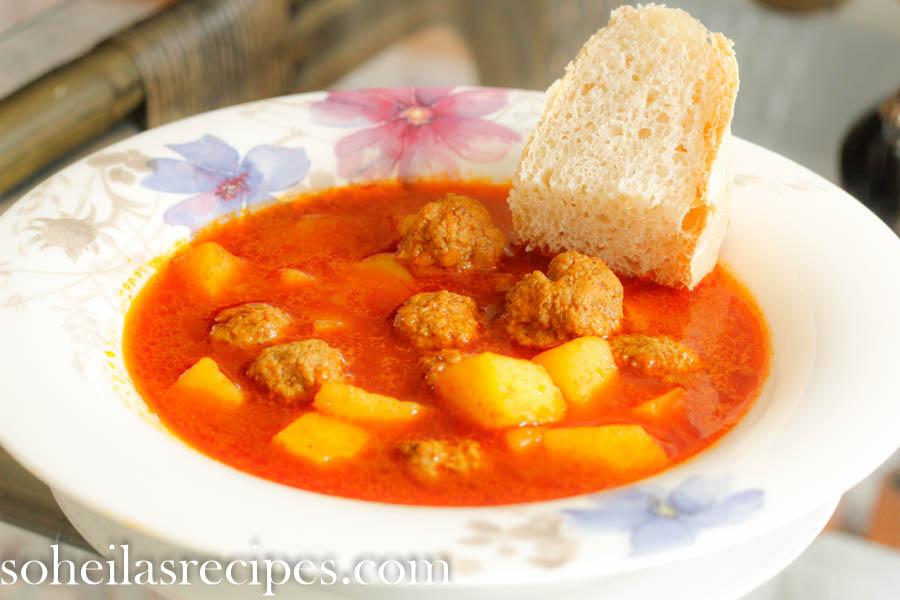Små kjøttboller med potet og tomatsaus