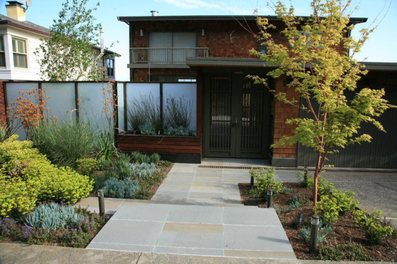 Glass privacy wall as landscape screen
