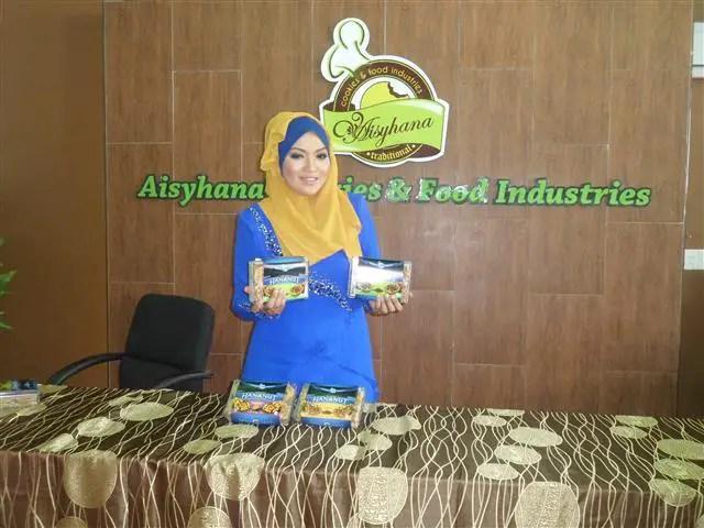 CEO Aisyhana cookies & food industries dengan biskut Hananut