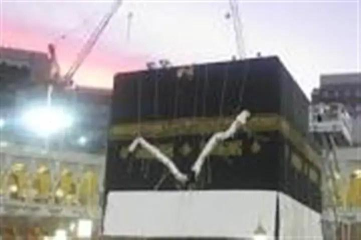 kelambu atau kiswah kaabah sedang ditukar