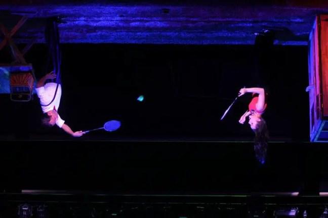 bermain badminton dengan keadaan terbalik