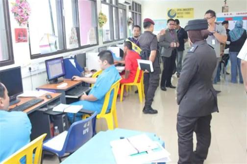 pelajar pusat pengajian tinggi sedang mencari bahan untuk tugasan pelajaran mereka