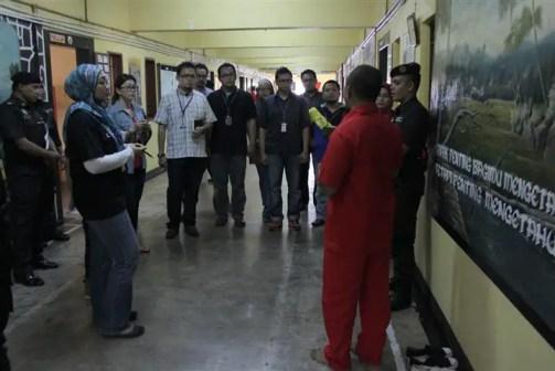ketua penghuni penjara sedang memberi penerangan kepada blogger