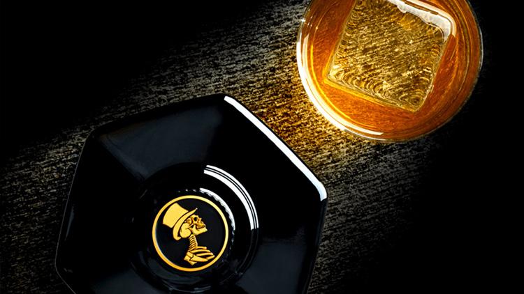Sexton vue du dessus, une bouteille octogonale et un bouchon avec la tête de mort (logo du whisky).