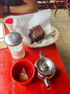 Thé et gâteau au chocolat