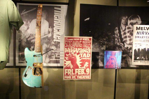 Fender Mustang utilisée par Kurt Cobain dès début 1988, jusqu'à ce qu'il la détruise lors d'un concert au Pine Street Theater de Portland le 2 février 1990.