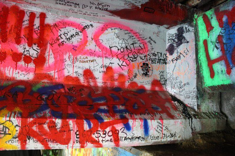 Graffitis de fans sous le pont