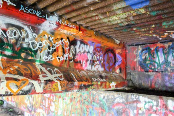 Quelques graffitis de fans au Kurt Cobain Memorial Park