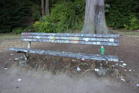 Graffitis en hommage à Kurt Cobain sur le banc de Viretta Park à Seattle