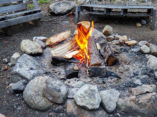 Soirée au coin du feu à Kabania