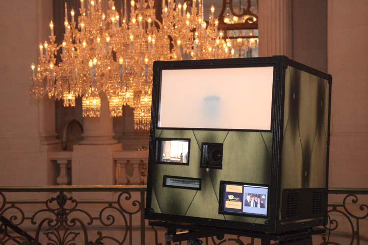 Le photo booth la phototour mini devant le chandelier