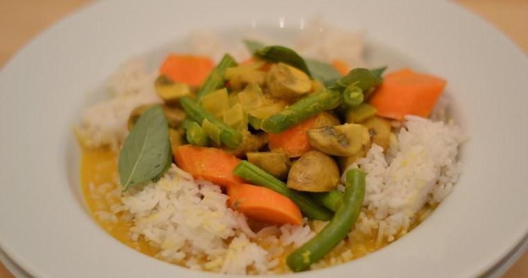 Gelbes Curry mit Karotten, Champignons und grünen Bohnen, garniert mit Thai-Basilikum