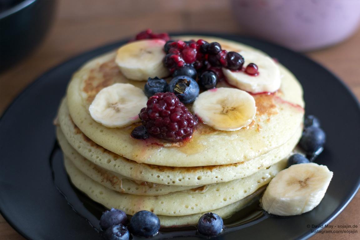 American Pancakes mit Beeren und Banane