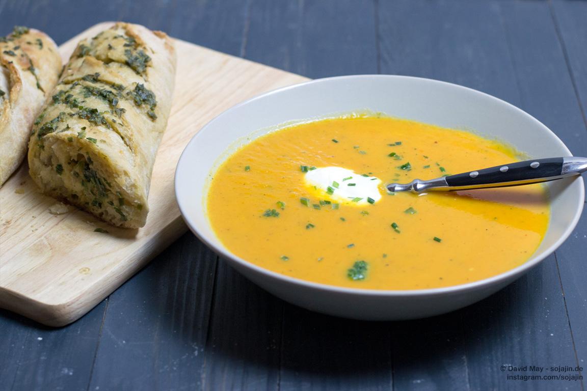 Süßkartoffel-Karotten-Suppe mit Kräuterbaguette