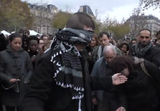 Мусульманин вышел на площадь и предложил парижанам обнять его