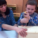 В Церкви адвентистов дети мастерят скворечники