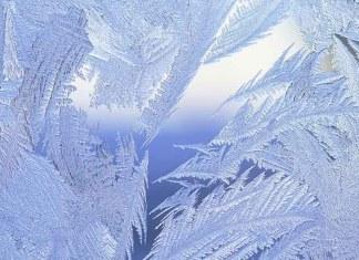 Зимняя стужа в застывшем окне