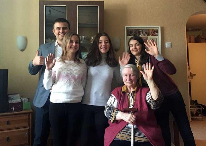 Молодые служат пожилым