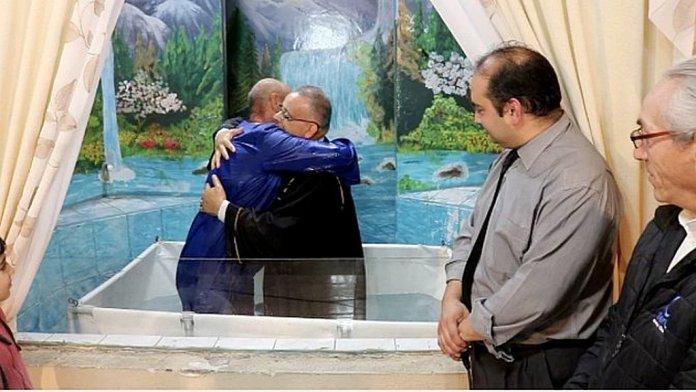 Мужчина принял крещение после того, как нашел среди мусора DVD «Конфликт Веков»