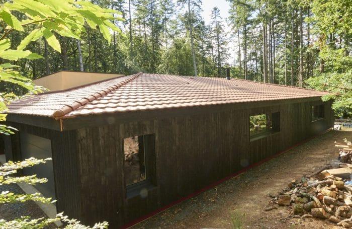 façade ouest de notre maison dans les bois en yakisugi