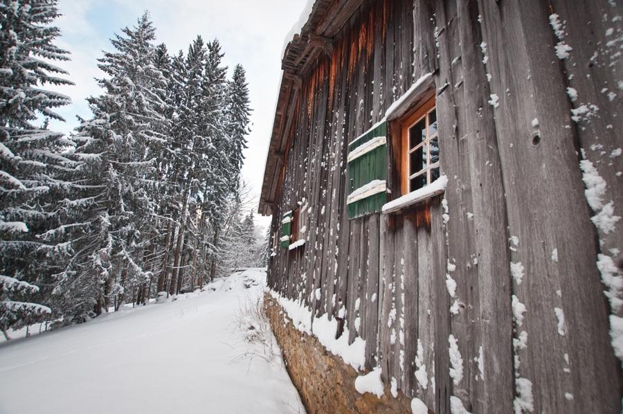 un vieux chalet sous la neige