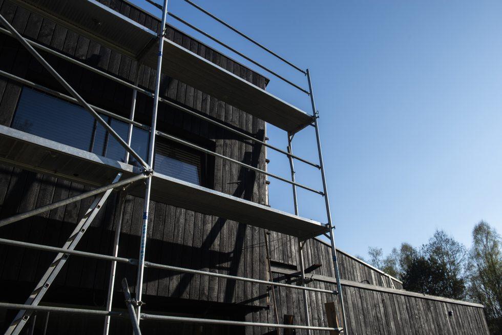 échaffaudage de pose le long du pignon sud d'une maison pour la pose du bardage Yakisugi