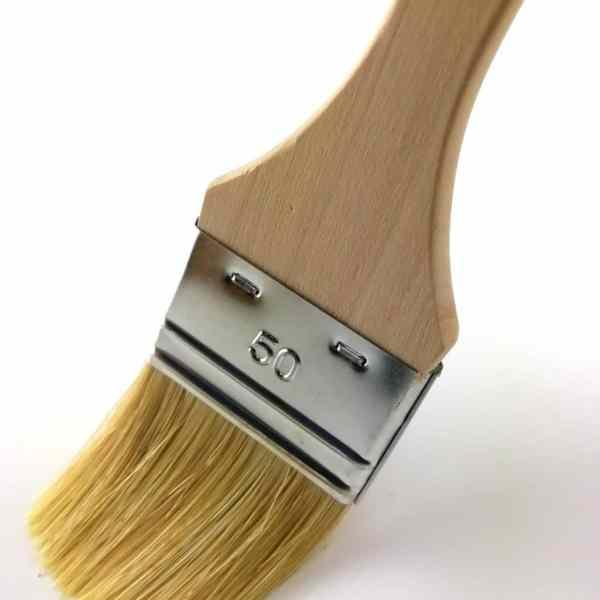 """pinceau plat série """"Eco"""" soies naturelles 50mm manche en peuplier brut vue en plongée"""