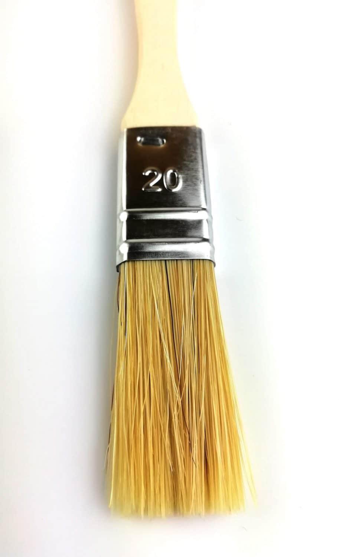 pinceau 20mm soies naturelles manche peuplier brut gros plan