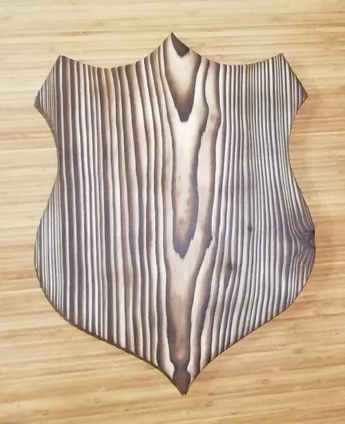 écusson en bois brûlé et brossé (yakisugi)