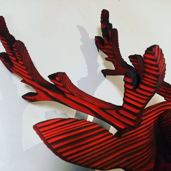 détail de la tête de cerf en bois brûlé, brossé et teinté-yakisugi décoratif